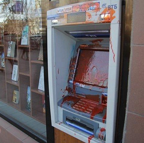 У Львові зіпсували банкомат «з російським корінням» 08.03.15  d9020307be361